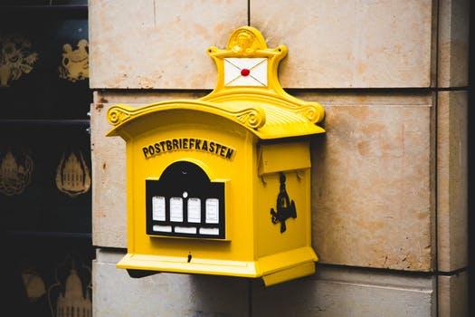 Briefkasten will mit handschriftlich geschriebenen Weihnachtskarten gefüttert werden